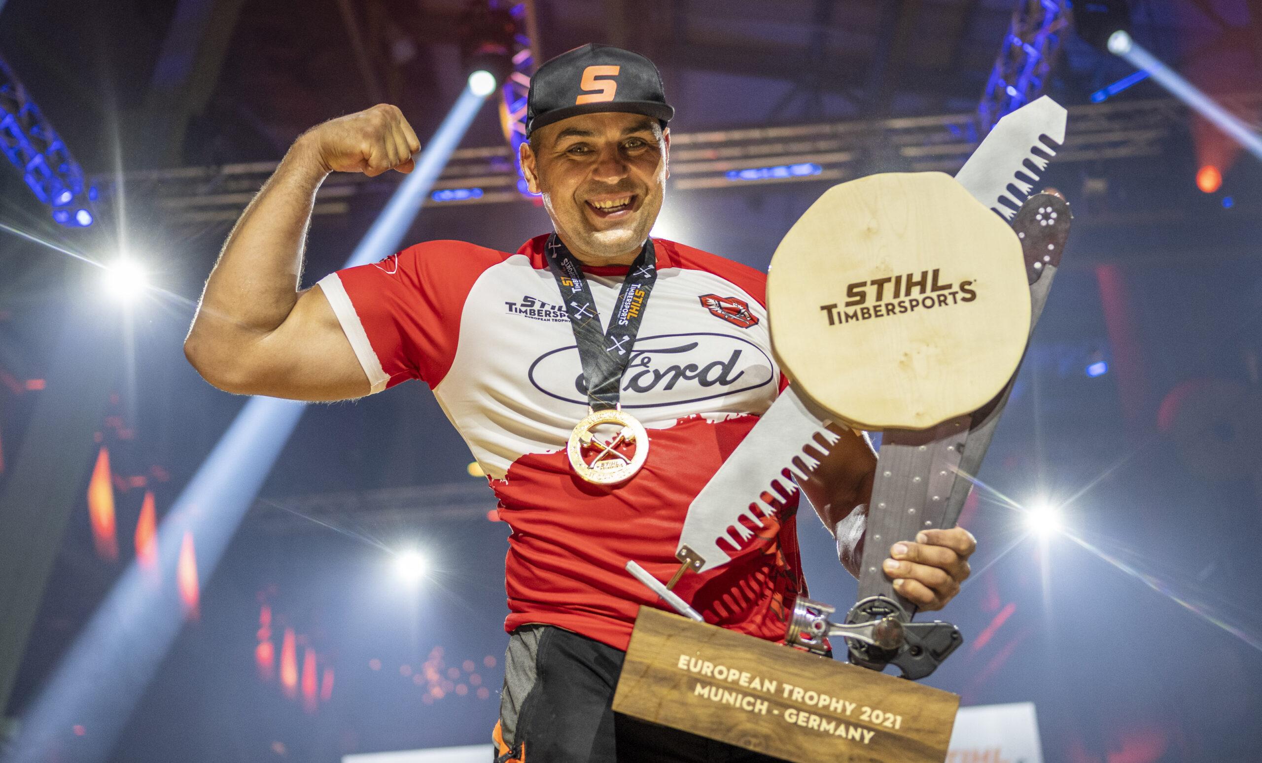 Michał Dubicki podczas dekoracji zwycięzców STIHL Timbersports European Trophy 2021